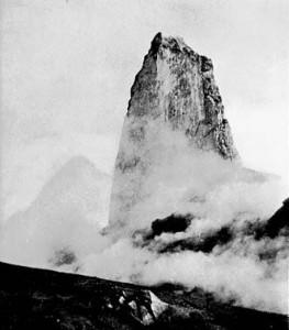 Foto2 . La spina, con un diametro di 100 metri e 300 metri di altezza, formatasi durante l'eruzione del 1902 del monte Pelée.