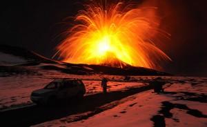 Figura 3 - Eruzione parossistica del Nuovo Cratere di Sud-Est dell'Etna. Eventi eruttivi di questo tipo sono stati analizzati nel 2011 attraverso le emissioni di gas radon registrate dalla sonda posta Piano Provenzana, sull'alto fianco orientale del vulcano. Foto di M. Neri.