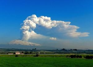 Figura 4 – Il Nuovo Cratere di Sud-Est produce l'ennesima eruzione parossistica la mattina del 4 marzo 2012. Una densa colonna di gas e cenere vulcanica si eleva per alcuni chilometri sopra la cima del vulcano, venendo quindi dispersa dal vento verso Nord-Est. Foto di Marco Neri.