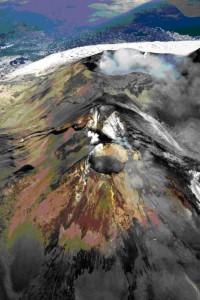 """Figura 5 – In primo piano il Nuovo Cratere di Sud-Est, che mostra sulla sua sommità una bocca semicircolare, accresciutosi sul fianco orientale di quello """"vecchio"""". Subito dietro a questi due crateri si osserva il Cratere Centrale, caratterizzato da abbondanti emissioni gassose. Foto di Marco Neri."""