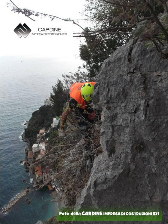 Foto 3, disgaggio in cordata (foto della CARDINE SRL LAVORI IN QUOTA, comune di Conca dei Marini)