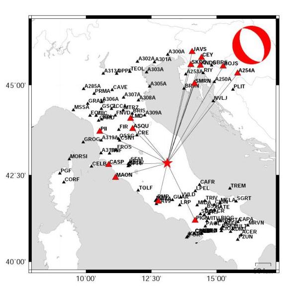Meccanismo focale del terremoto di questa mattina alle ore 7.40. Il simbolo rosso e bianco indica il tipo di geometria e movimento della faglia responsabile del terremoto. La stella rossa è l'epicentro del terremoto e i triangoli rossi sono le stazioni sismiche usate nel calcolo. La magnitudo momento Mw è pari a 6.5.