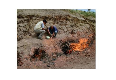 Misurazioni del flusso di metano da una emissione naturale di gas dalle rocce, lungo una faglia tettonica in Azerbaijan (foto di L. Innocenzi, INGV, 2003).