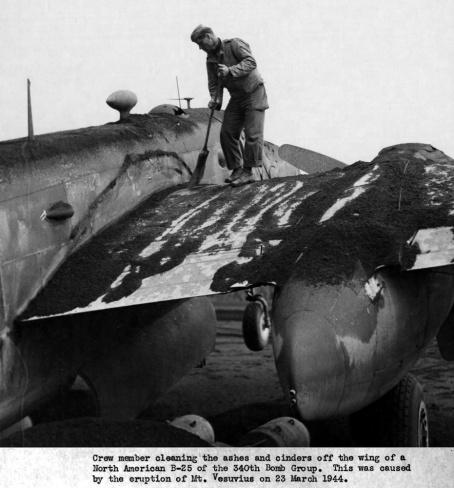 Eruzione 1944 - Un soldato spazza la cenere dall'aereo