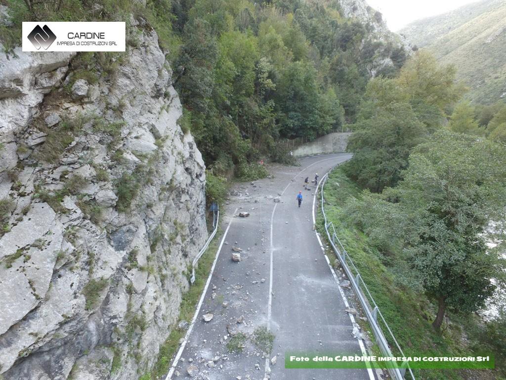FOTO 1, Frana in roccia, foto della CARDINE SRL LAVORI IN QUOTA, lavori di consolidamento STRADA MINGARDINA (Centola, Cilento, Campania)