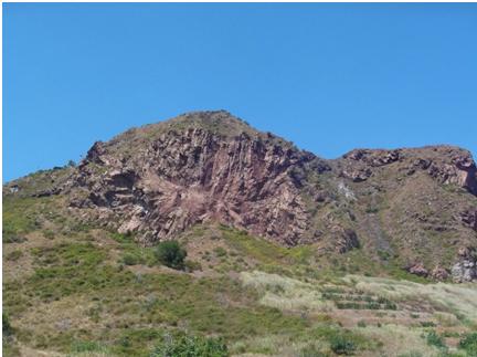 Fig. 2- Uno dei duomi di Monte Lentia nel settore nordoccidentale dell'isola lungo il bordo della caldera La Fossa. Le lave fratturate radialmente hanno una composizione riolitica e trachitica. (Foto di Guglielmo Manitta)