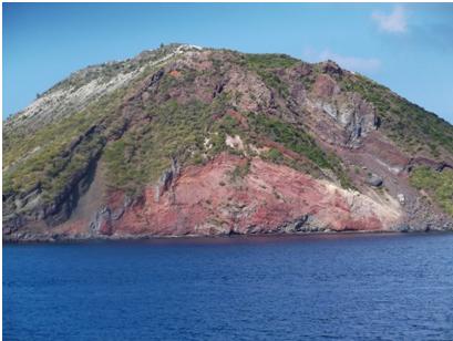 Fig. 4 - Il fianco franato in mare del cono di Vulcanello. (Foto di Guglielmo Manitta)
