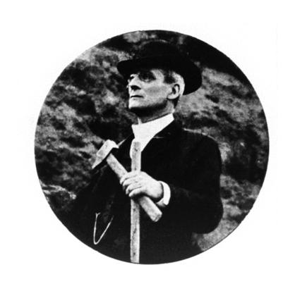 Giuseppe Mercalli (1850-1914) sul Vesuvio poco prima della morte. Fotografia pubblicata nel necrologio di Emilio Oddone (L'opera del prof. Giuseppe Mercalli per la vulcanologia e la sismologia, Modena, 1914).