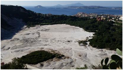 Il campo fumarolico della Solfatara, la zona più attiva nel complesso vulcanico dei Campi Flegrei. Sulla destra la città di Pozzuoli e sullo sfondo le isole di Procida e Ischia