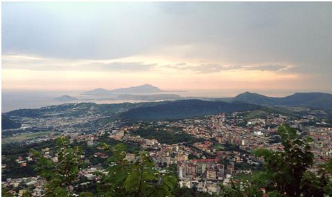 Panorama della caldera dei Campi Flegrei visto dalla Collina dei Camaldoli (foto di Roberto Isaia, INGV-OV).