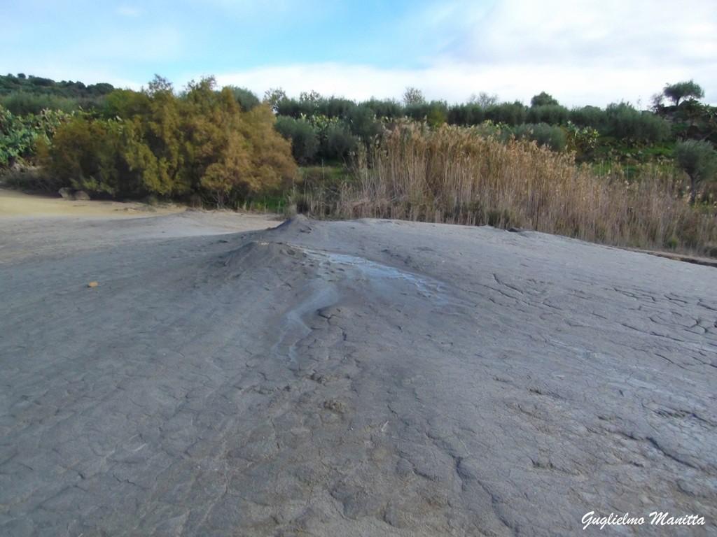 La parte sommitale dell'edificio fangoso delle Salinelle di San Biagio o del Vallone Salato (Belpasso). Sono visibili le bocche con i recenti fanghi emessi.