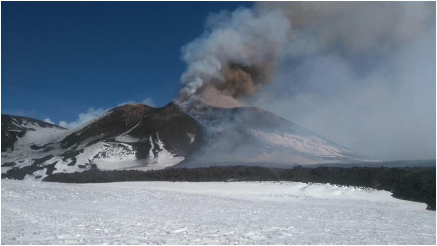 Il Cratere di Sud-Est dell'Etna in eruzione e la colata lavica da esso scaturita nel corso dell'intensa attività esplosiva iniziata nel tardo pomeriggio di ieri