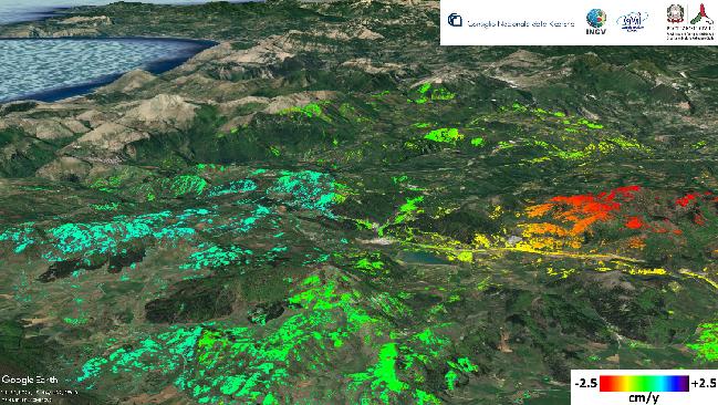 Figura 2 – Mappa della velocità di deformazione del suolo nella zona del Pollino tra il2012 e il 2014. I punti colorati rappresentano le misure radar effettuate dal satellite. Le zone in verde sono ferme; quelle in rosso si allontanano dal satellite con una velocità media di circa 2.5 cm all'anno; le zone in azzurro si avvicinano al satellite con velocità media di circa 1.5 cm all'anno.