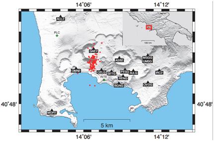 Fig.1 - Mappa dei Campi Flegrei con indicazione delle stazioni sismiche utilizzate (triangoli neri), la stazione meteorologica PLC (rombo verde) e quella di deformazione RITE (quadrato verde) che hanno fornito i dati di confronto, e localizzazione dello sciame sismico di fine settembre 2012, dopo il quale si osserva una variazione significativa della velocità sismica.