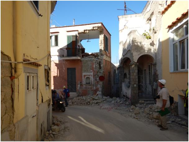 Il complesso dei danni osservati giustifica l'assegnazione del grado VIII alla zona rossa di Casamicciola Terme.