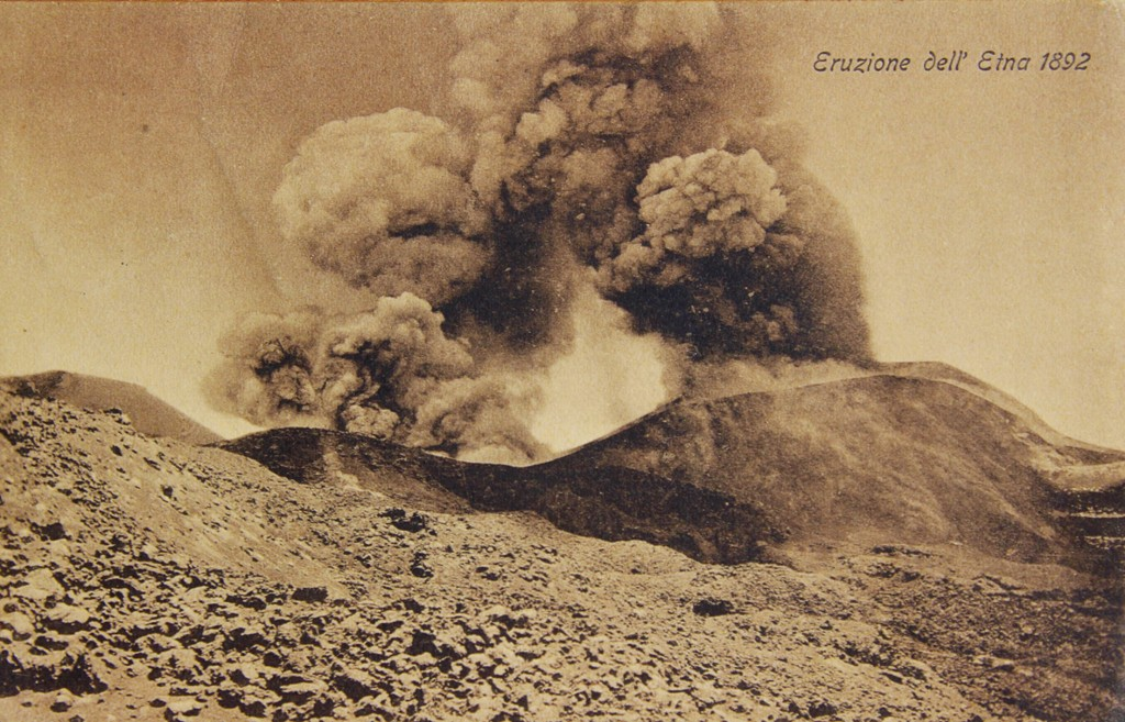 L'eruzione dell'Etna del 1892 in una cartolina postale d'epoca. (Collezione privata)
