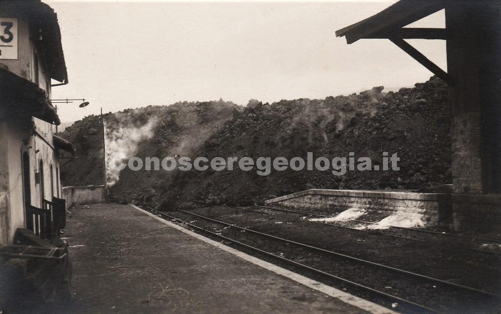Fig. 3 - La colata lavica l'11 novembre prima di distruggere la stazione ferroviaria di Mascali. Cartolina postale del fotografo Francesco Galifi. (Collezione privata)