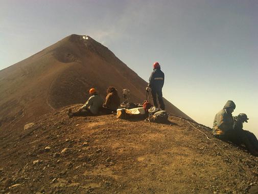 Foto 2 – Ricercatori INGV effettuano riprese con telecamere ad alta velocità e termiche (gennaio 2012)