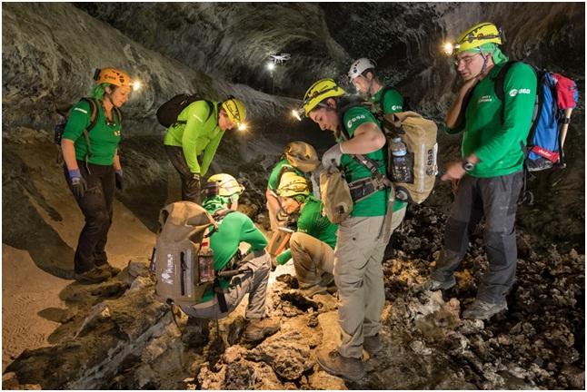 spedizione di astronauti, scienziati planetari e ingegneri che testano le attrezzature in un tubo lavico a Lanzarote
